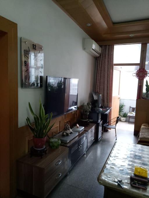 通往阳台的大客厅,电视,电脑可供游客使用。