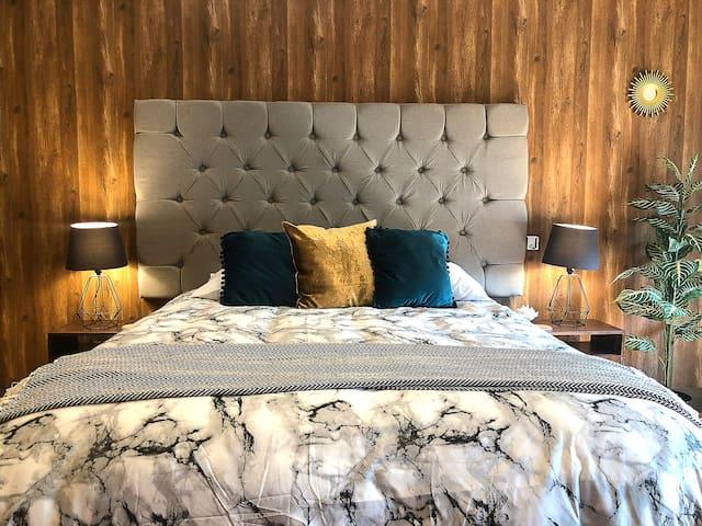 2. Amplia récamara con cama confortable Queen Size con TV HD 4K,  baño completo privado y vistas panorámicas