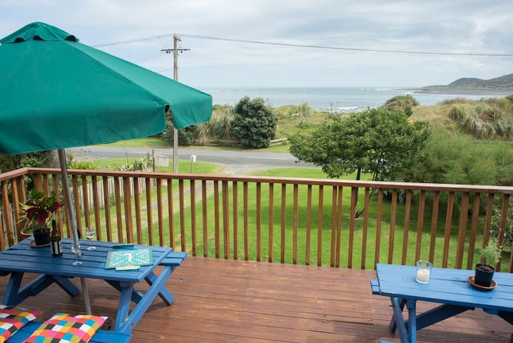 The Big Round Window - Raglan Holiday Home
