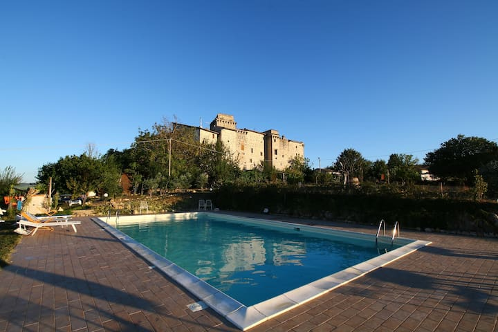 Castello medievale con piscina fra i boschi dell'Umbria