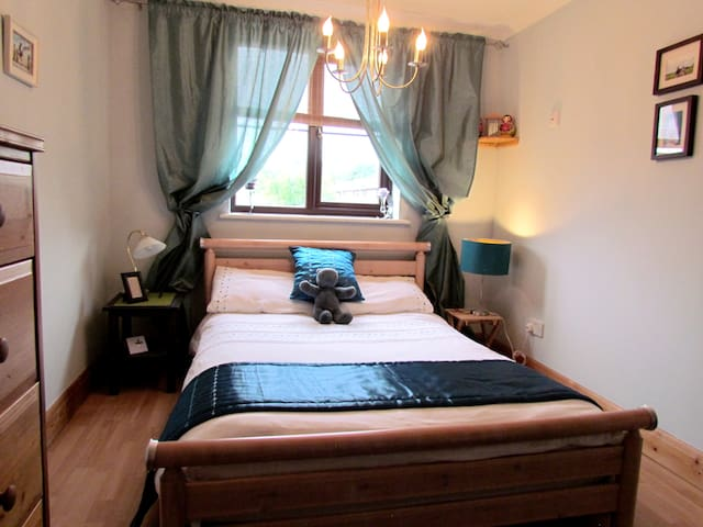 Double bed & breakfast near Gatwick, with parking