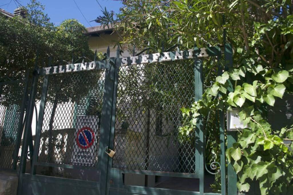 Il cancello di ingresso. The entrance gate.