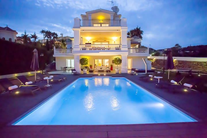 Villa Ibiza: Modern villa with pool and jacuzzi
