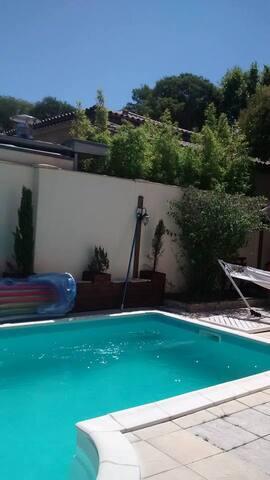 terrasse avec piscine non protégée