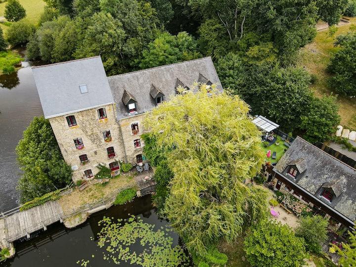 Magnifique moulin au bord de la rivière