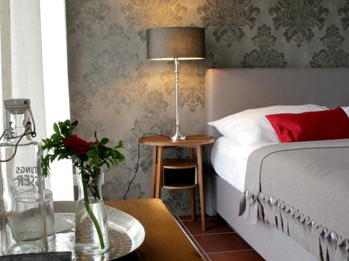Stilvolles Doppelzimmer mit Seeblick und Balkon
