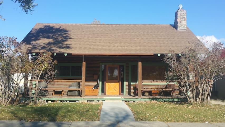 Cozy cabin feel in downtown Cody - Cody - Rumah