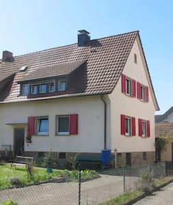 Gemütliche Wohnung in kleinem Häuschen mit Garten