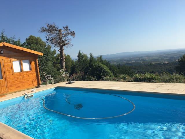 Petit chalet au bord d'une piscine avec vue
