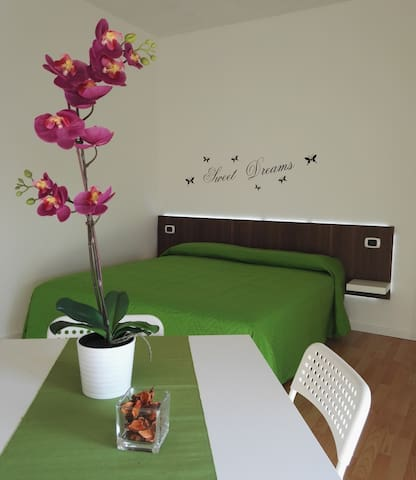 Your bedroom with private bathroom in Pisa - ปิซ่า
