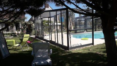 """Uroczy domek z basenem  """" La Poquionnerie """""""