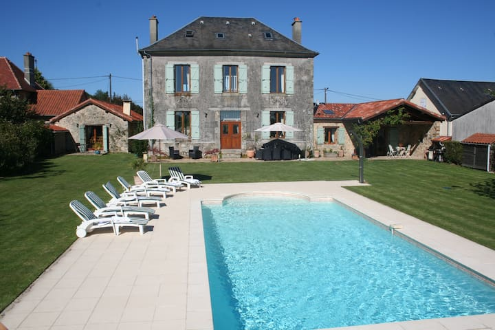 Beautiful Ancienne Mairie with pool & rural views - Bussière-Galant - House