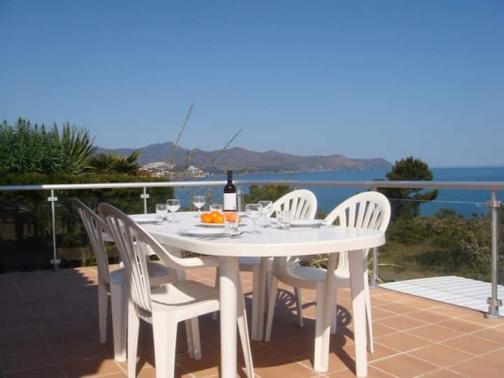 008 House to rent with garden , terrace and sea views