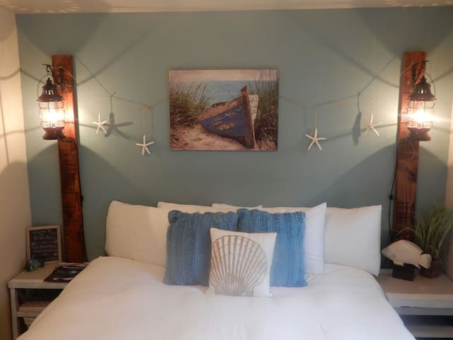 Cozy King Bed, Walk to Sandy Beaches, and Hot Tub! - Rockaway Beach - Huis