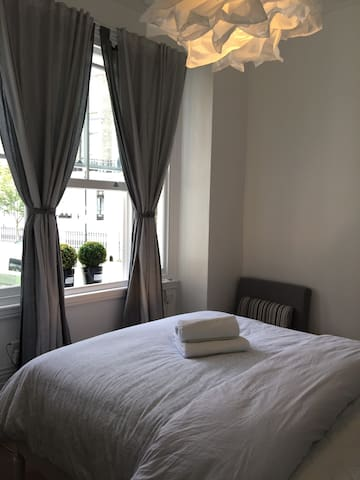 New Double Bedroom In The Heart Of Chelsea zone 1