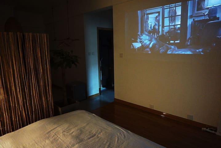 睡房配置智能投影儀,來一個浪漫的電影夜