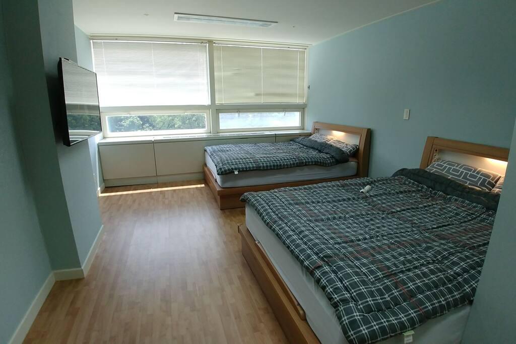 퀸 침대, 7존+오리털토퍼 매트리스로 숙면을 취할 수 있습니다.
