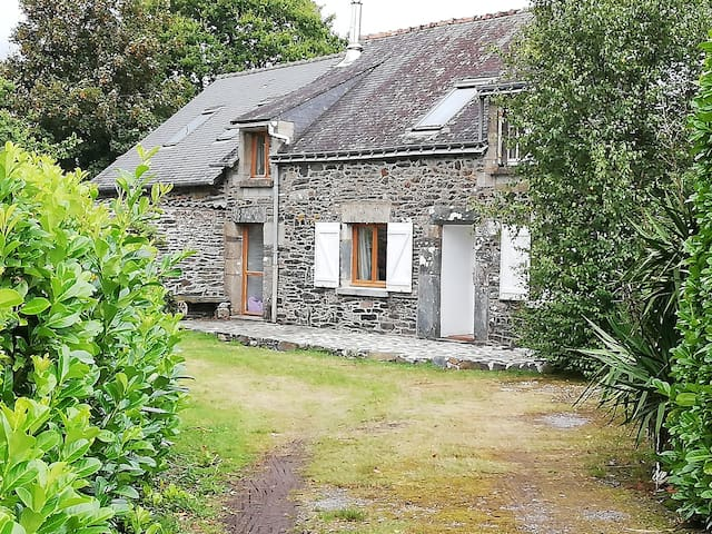 Light & Airy  Stone Cottage- Near Lac du Guerledan