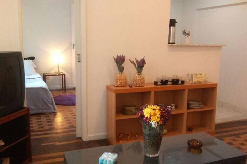 sala com vista pro quarto menor e cozinha
