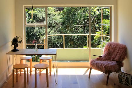 Light filled Fitzroy studio with leafy vantage - Fitzroy - Apartment