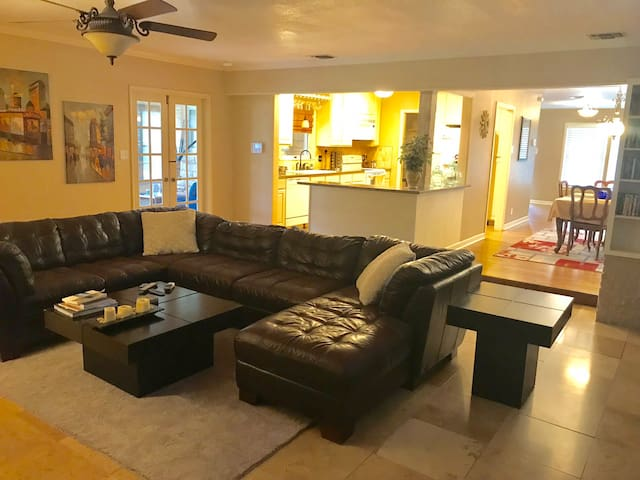 Large 3/3 ~ Minutes to Airport ~ Long Term Rental