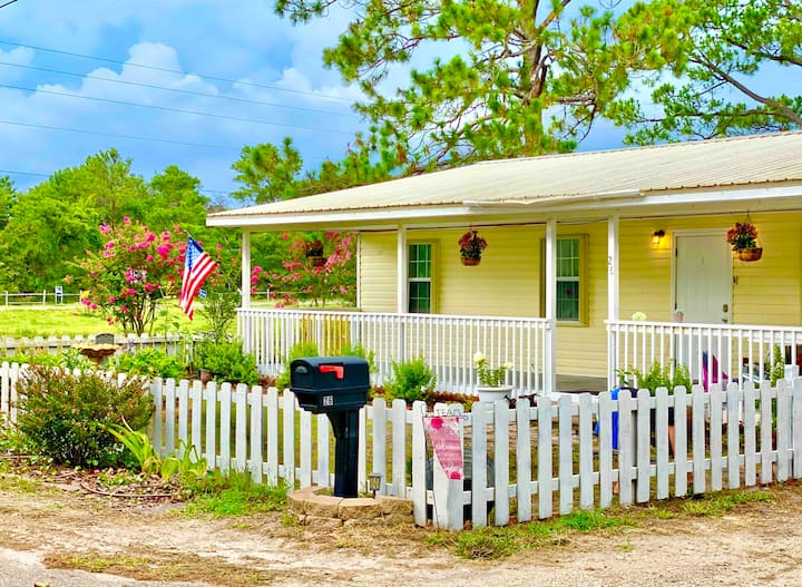"""Wade n' C"" A Historic Coastal 3 bedroom, 2 bath"