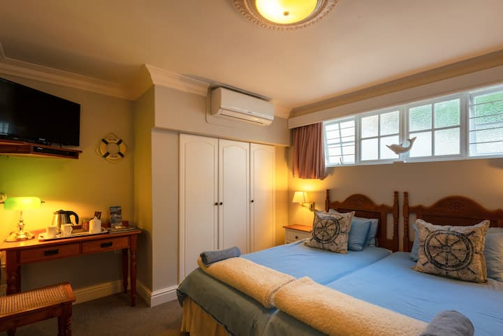 Cheriton B&B, Twin Room in house, Simon's Town.