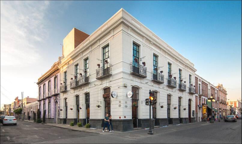 Fachada del Mésón del Carmen. Su construcción es de finales del Siglo XIX