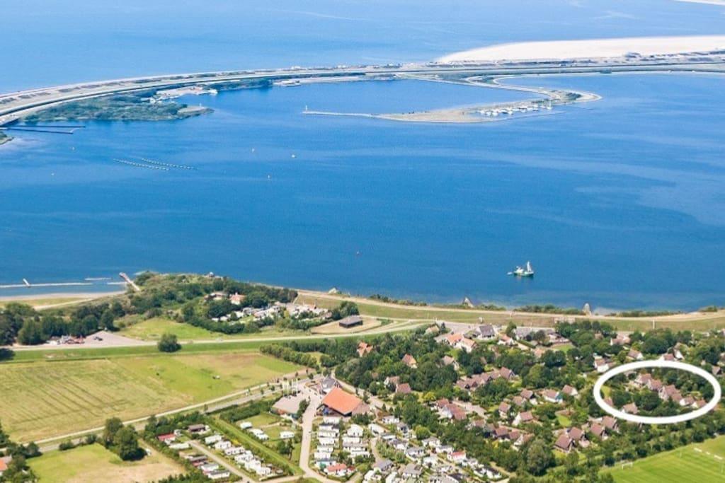 Prachtige ligging: wandel langs het Grevelingenmeer in 10 minuten naar het Noordzeestrand. Huisje Schouwen is wit omcirceld.