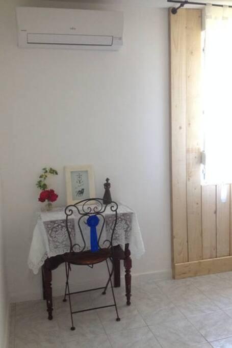 Coin travail avec prise électrique et wifi dans la chambre Petite Camargue