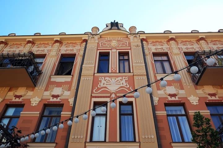 ★2BR Apt. in Historic Building on Aghmashenebeli★