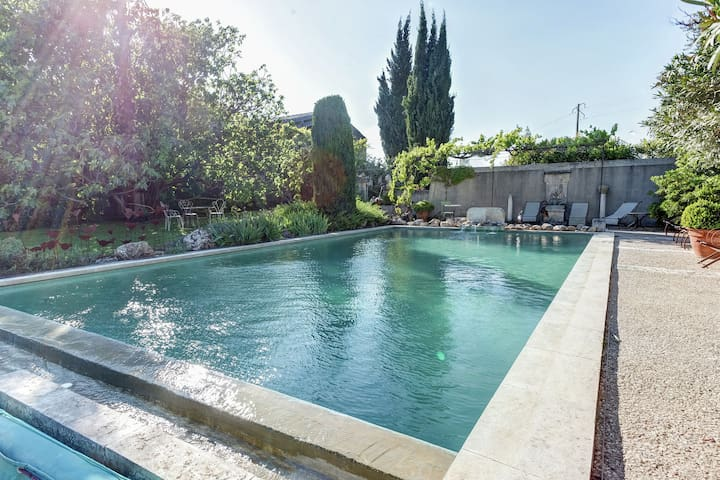 Provençal cottage with common pool, situated among vineyards in the heart of the Luberon