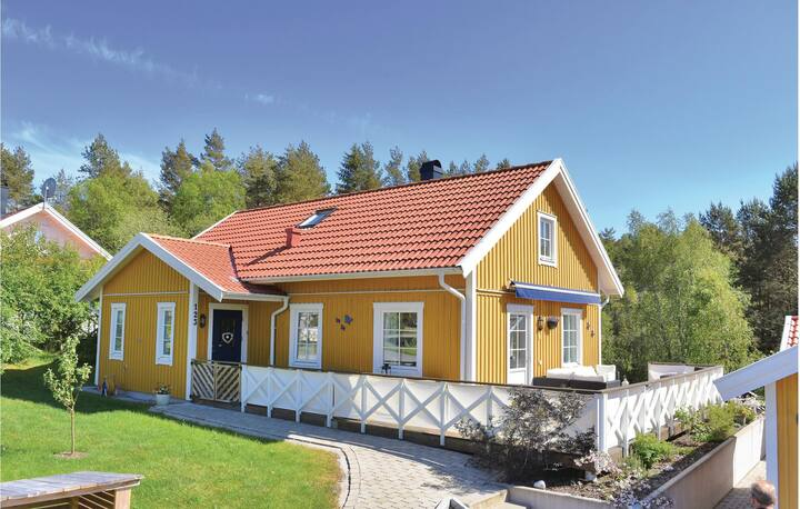 Beautiful home in Fjällbacka with Sauna, WiFi and 4 Bedrooms