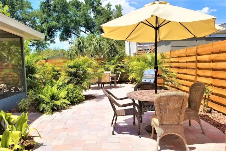 Walk to Everything Downtown, Bring Fido, Wifi, Huge Screened Lanai, Extensive Outdoor Patio & Grill