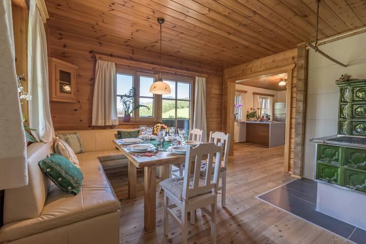 Malowniczy drewniany dom w Alpach