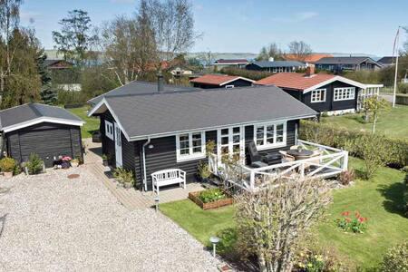 Charming cottage 150 meters from Vejle Fjord