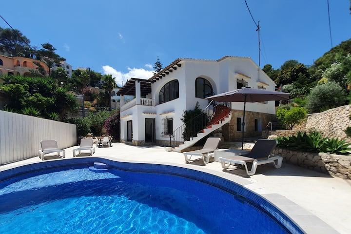 2 laags huis, 4 slaapkamers, 2 badkamers zwembad.