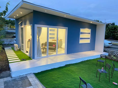 Mini casa moderna y acogedora enclavada en la naturaleza