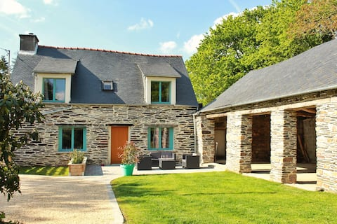 Belle maison avec grange bord du lac de Guerledan