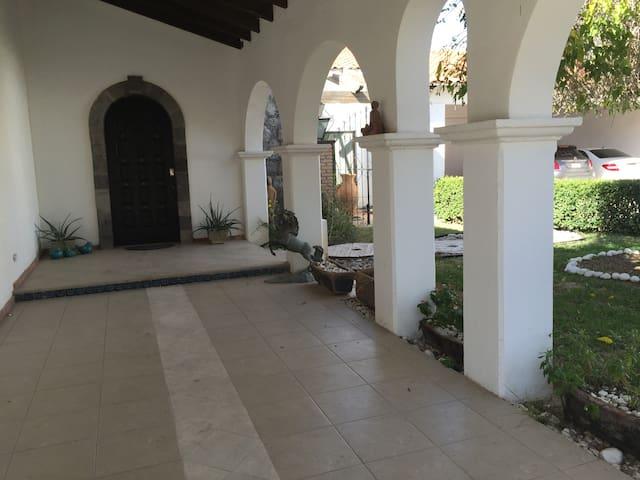 Recámara doble altura, en hermosa casa colonial - Ciudad Juárez - House