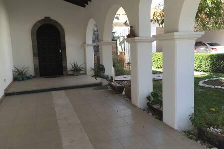 Recámara doble altura, en hermosa casa colonial - Ciudad Juárez - Haus