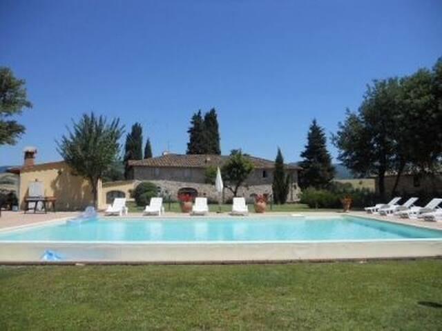 Vista piscina e casa