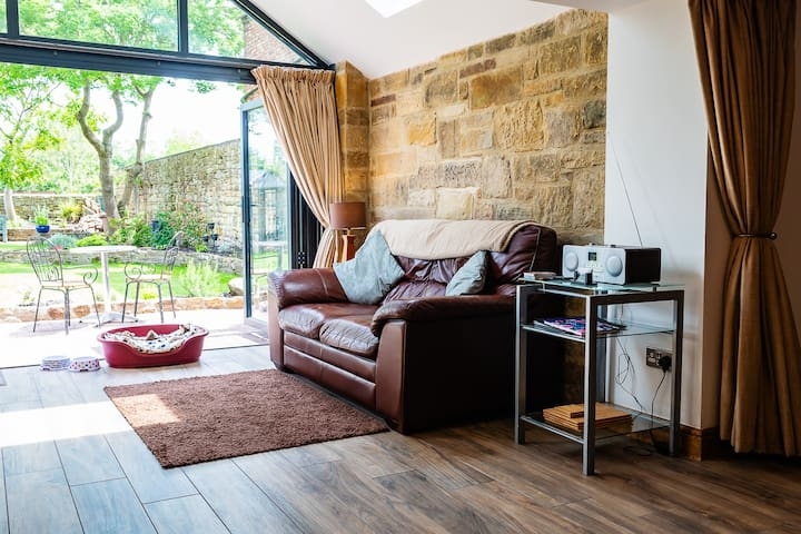 Cross House Studio - dog friendly barn conversion