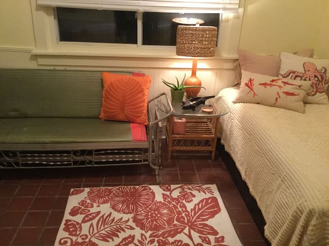 Twin room w sofa & TV/central local - Atlanta