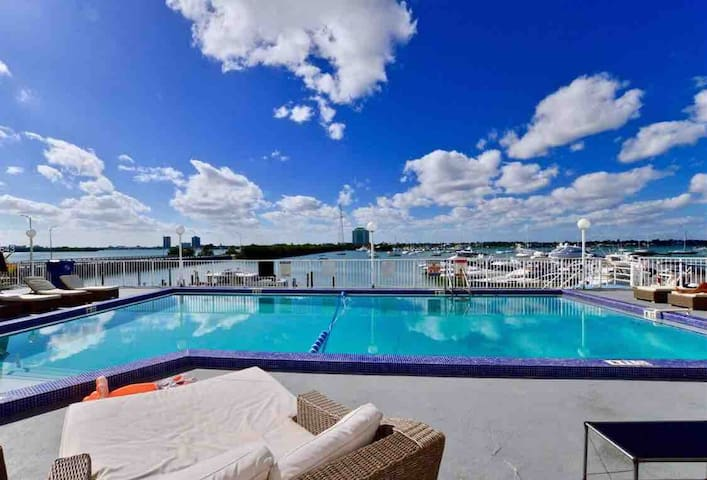 Breathtaking 1 Bed/1Bath with pool and parking!