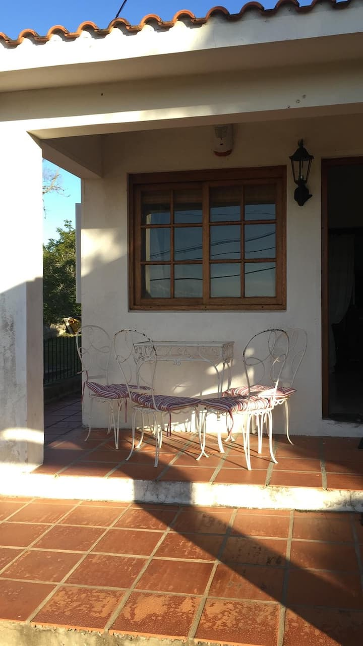 Casa a cuadras de la playa, con parillero y patio