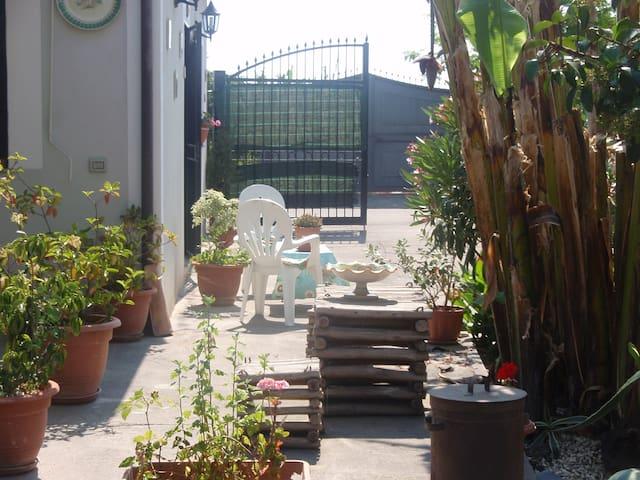VILLETTA SINGOLA CON GIARDINO - Calatabiano - Haus