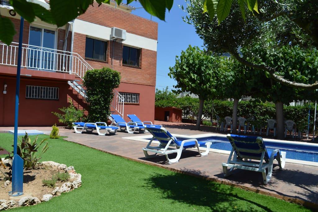 Maison avec piscine barbecue jardin chalets louer cubelles catalogne espagne Atmosphere agreable piscine jardin