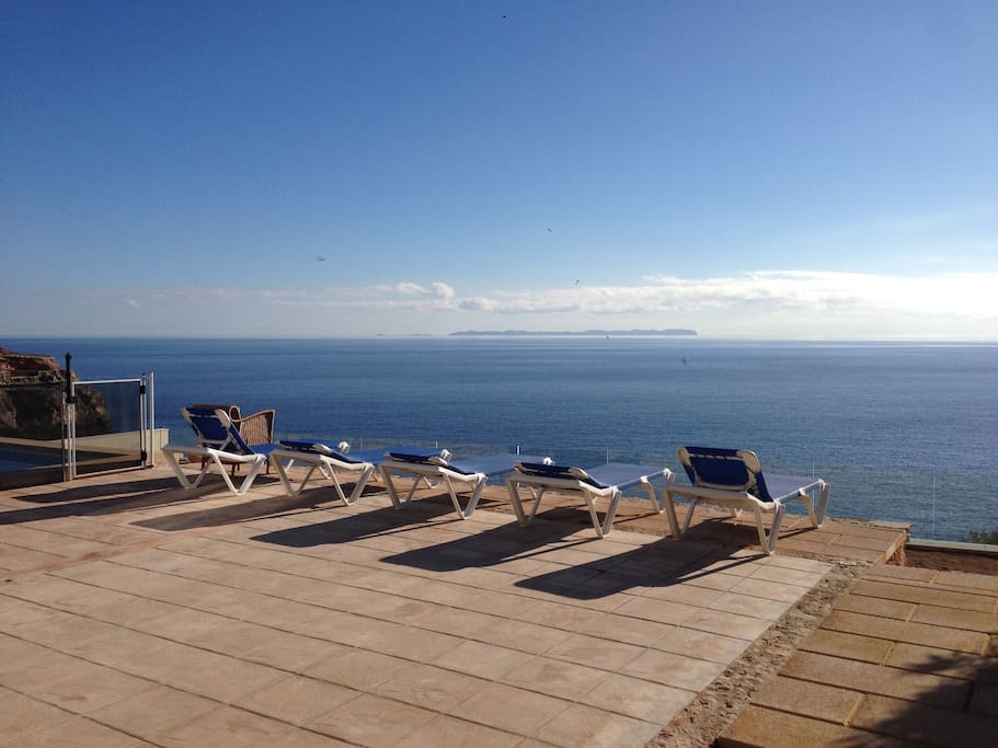 What a better way to rest, next to the pool, facing the sea?