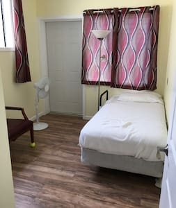 Private Room w Single Bed & Great Views & No Fees! - Pearl City - Ház